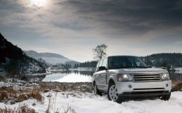SUV Range Rover Vogue, photo by the lake