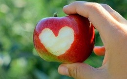 Apple otkusannym love with a piece of heart-shaped