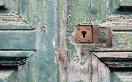Rotten door with a rusty lock - Wallpaper