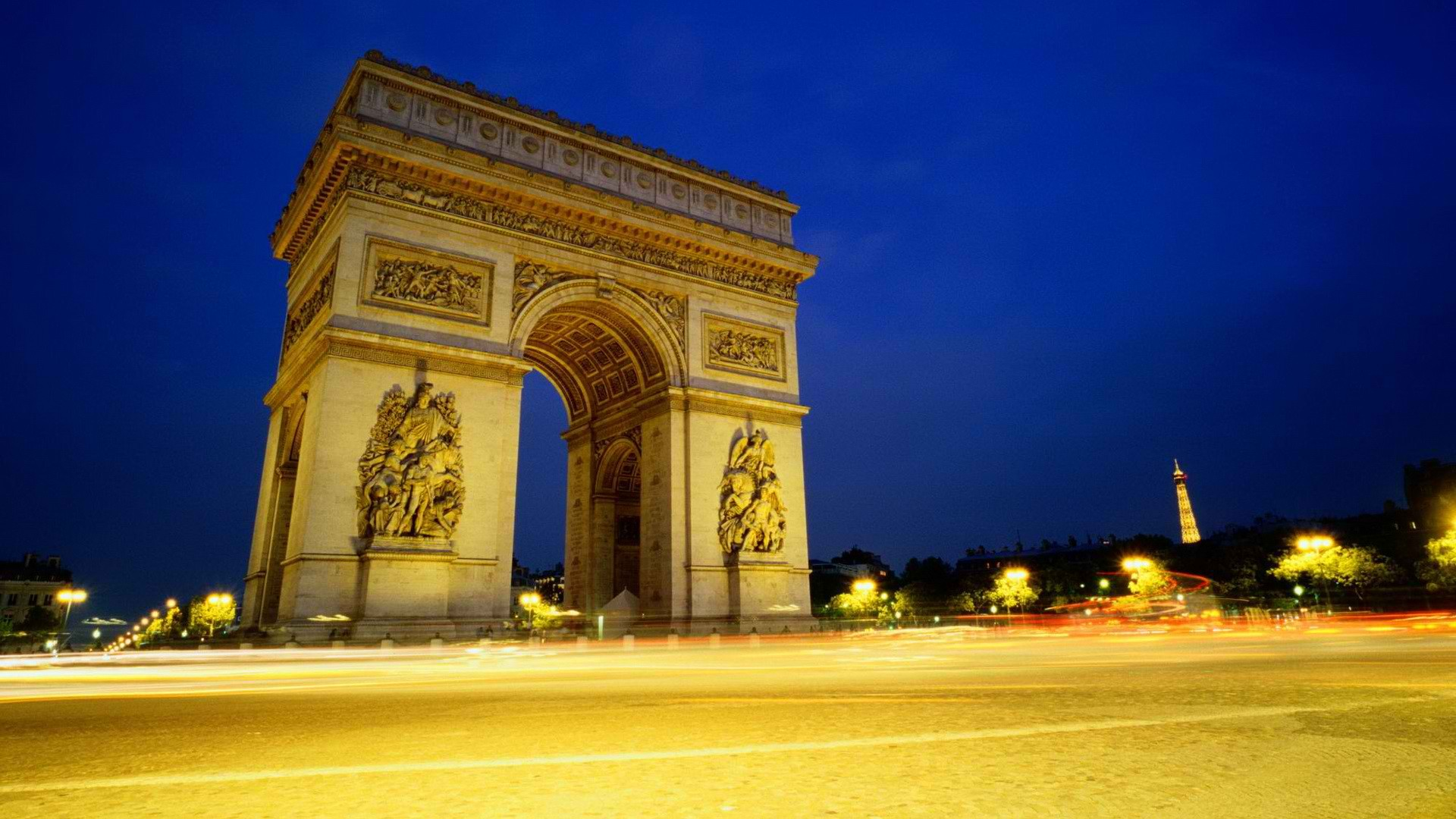 Photo of a triumphal arch in Paris