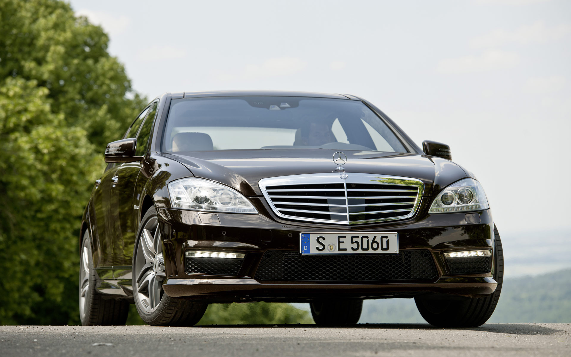 Black car in Mercedes Benz s63 AMG skirts