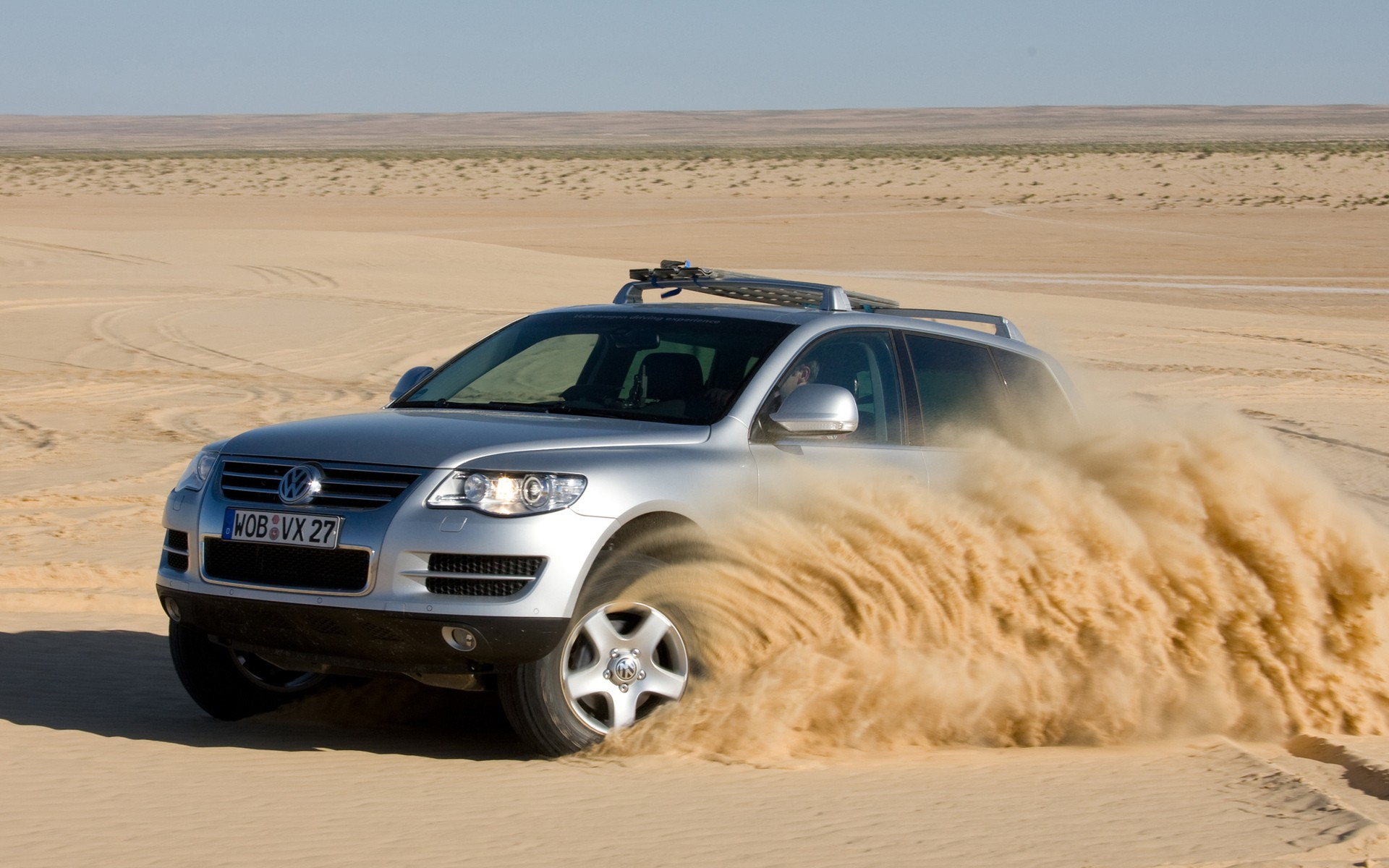 Download desktop wallpaper Volkswagen Touareg in the desert
