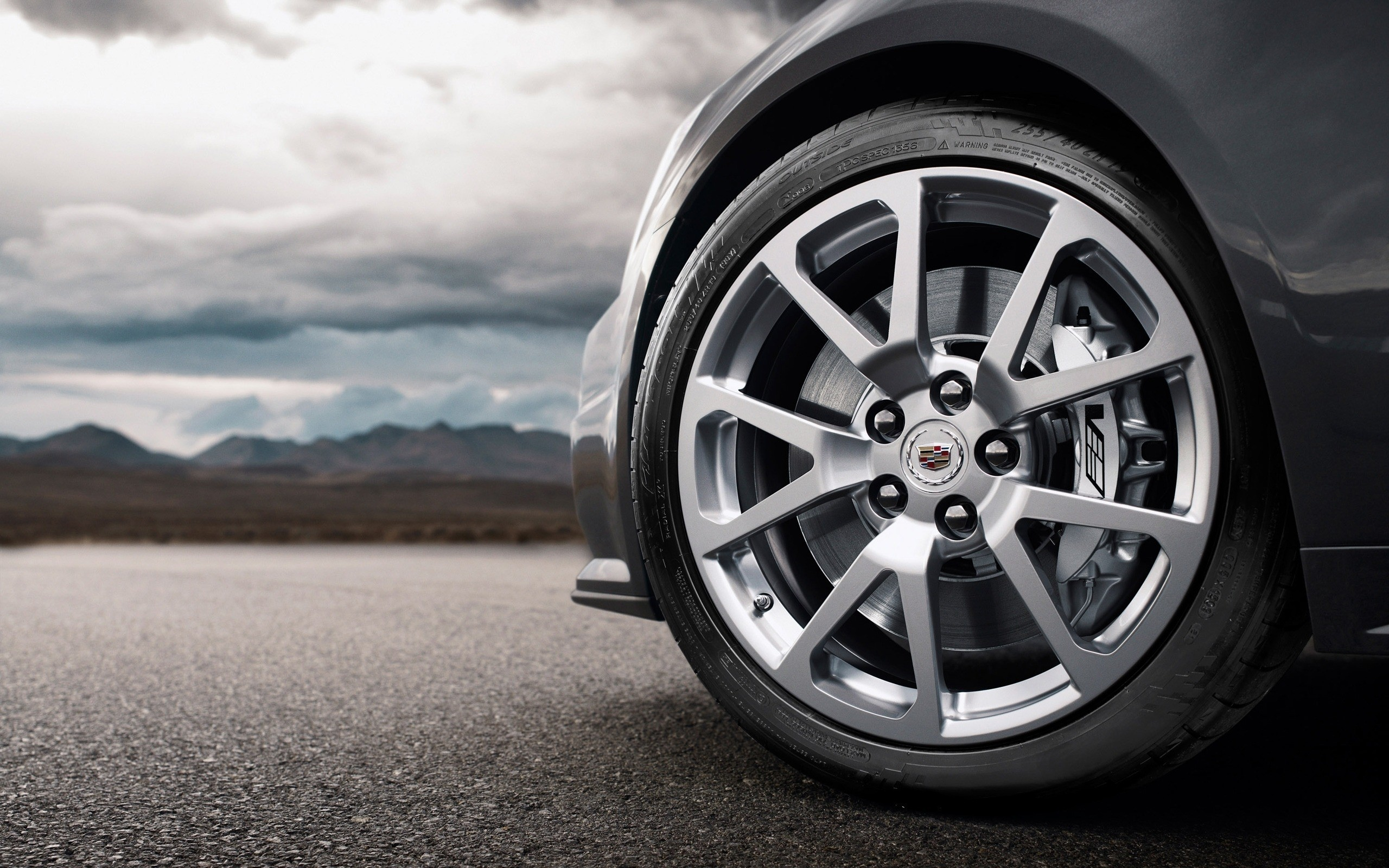 Wheel of a car with the Cadillac emblem, photo 2560x1600.