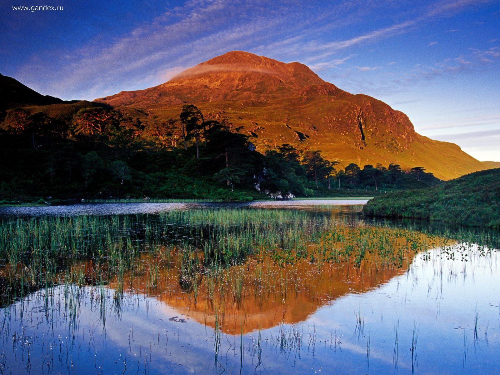 Lake and hills in Scotland, is really very beautiful photos on your desktop.