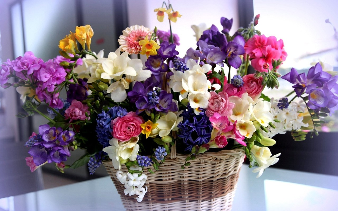 Basket with a bouquet of flowers
