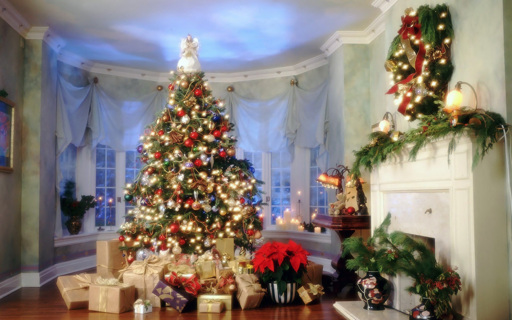 A beautiful Christmas tree with gifts