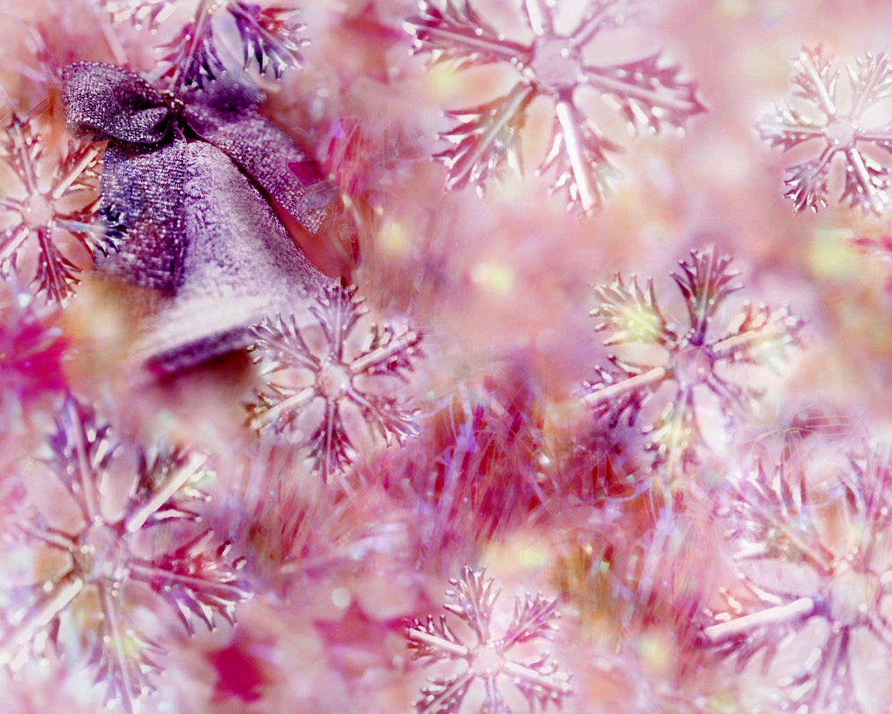 Great Christmas wallpaper in pink.