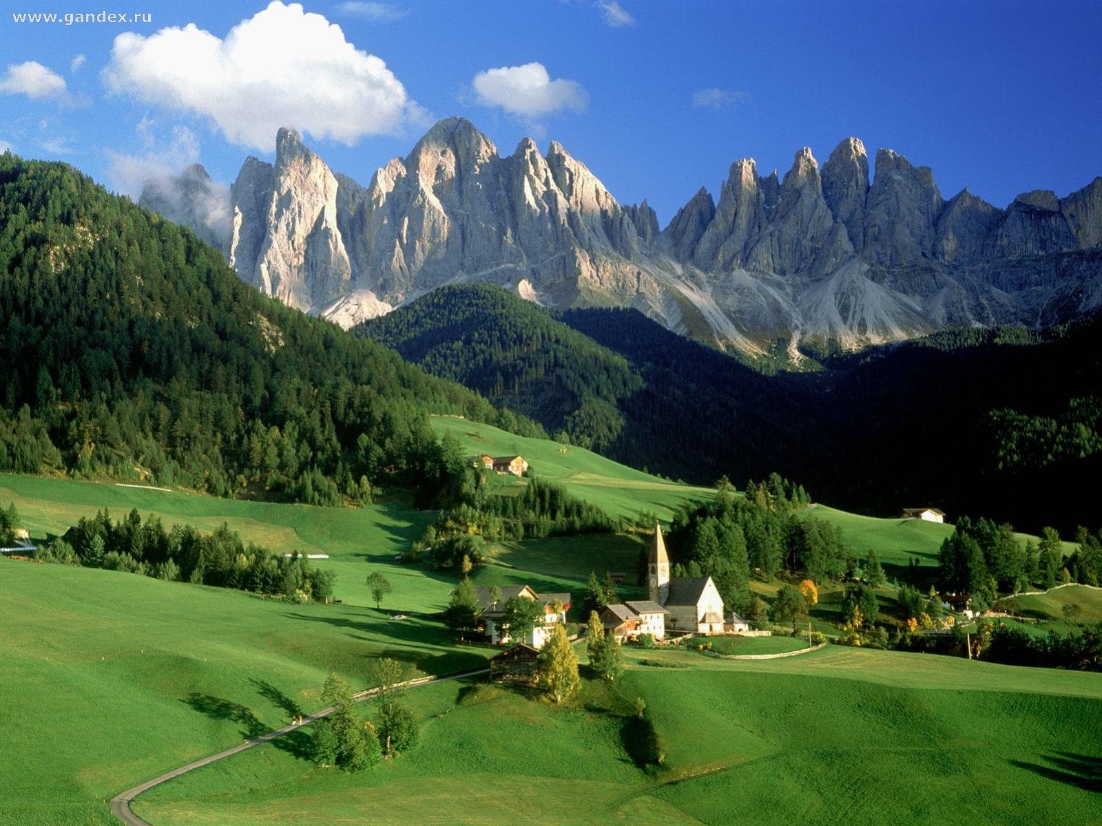 The beautiful nature of Italy, wallpaper - green fields, houses and mountains - nature