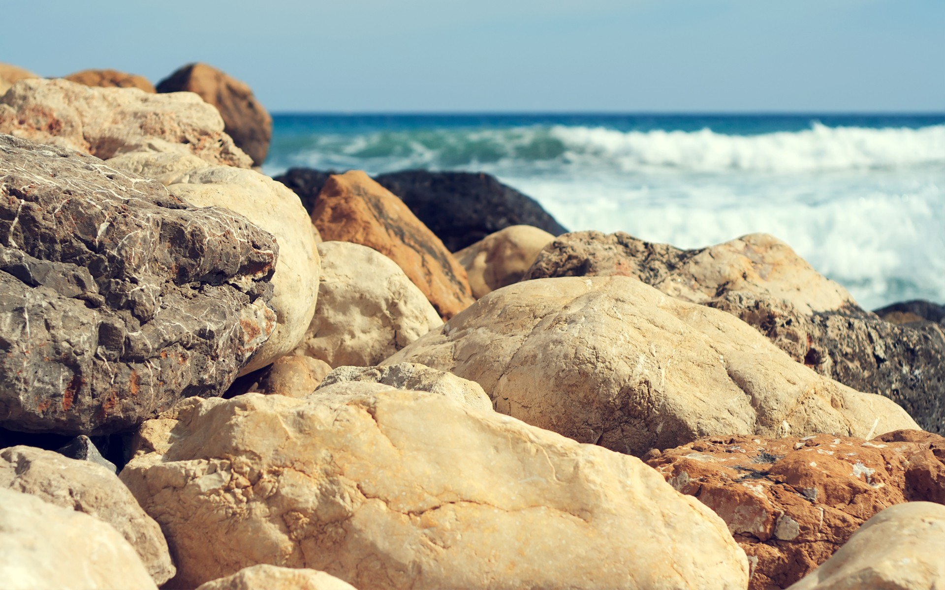 Sea coast with large boulders, photo wallpapers of high quality